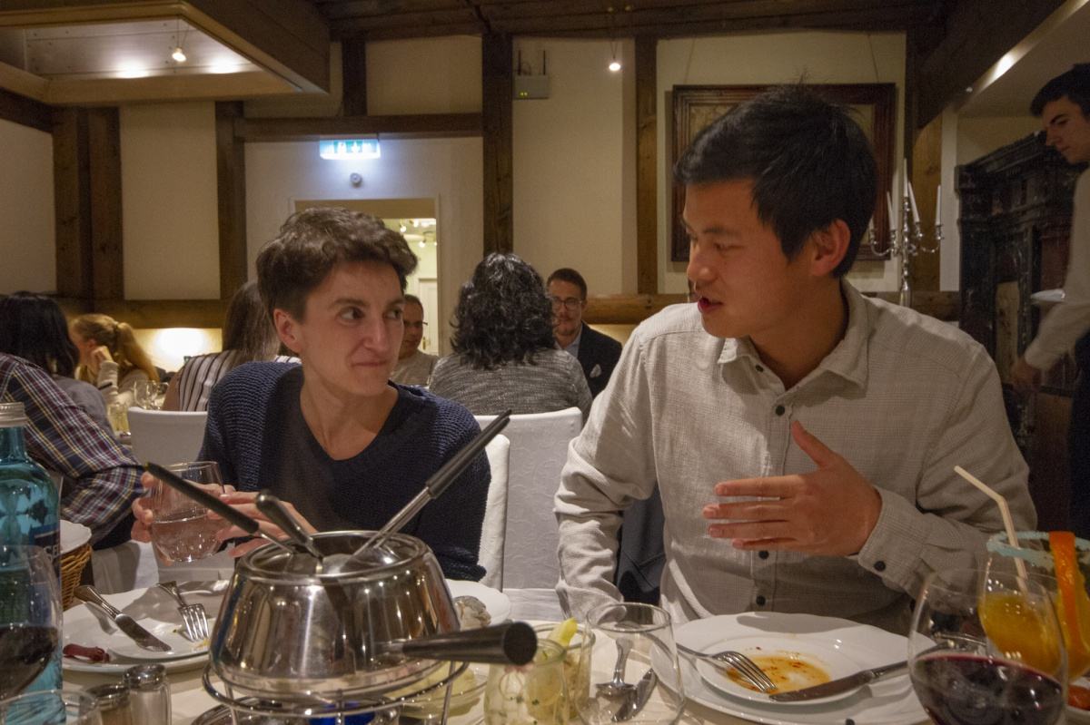 The dinner gave aspiring pain scientist Zheng Gan the opportunity to tell Prof. Nurcan Üçeyler about his work
